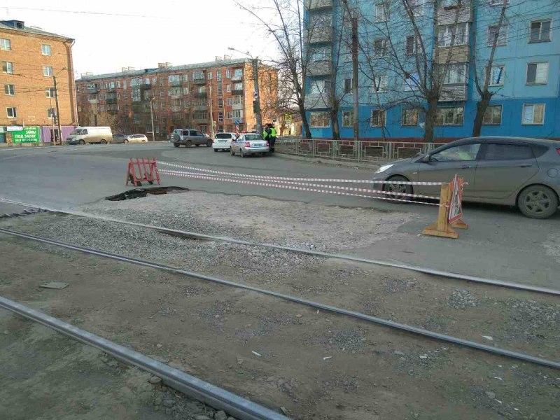 Направобережье Красноярска надороге провалился асфальт: движение ограничено