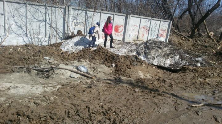 Дорога в Дзержинском районе превратилась в море грязи с провалами