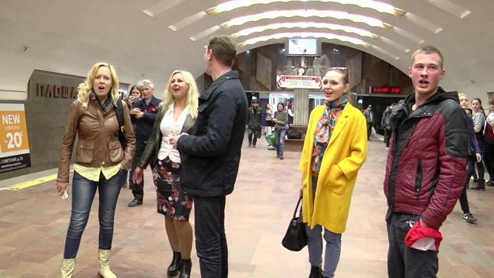 Пассажиры метро спели хором песню про молодого Ленина