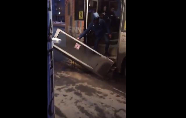 У автобуса с пассажирами отвалилась дверь на остановке