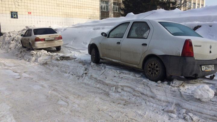 Припаркованные авто остались стоять на «пьедесталах» после уборки снега