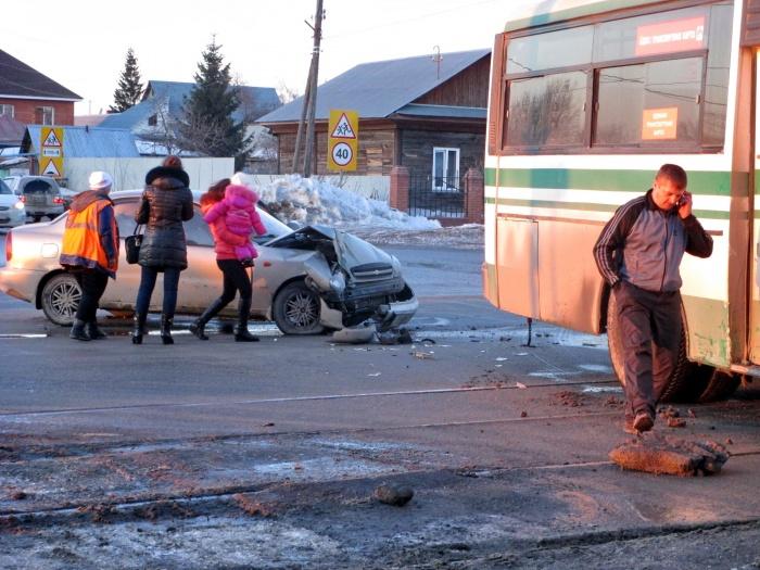 Автобус попал в ДТП на перекрестке и перегородил трамвайные пути (фото)