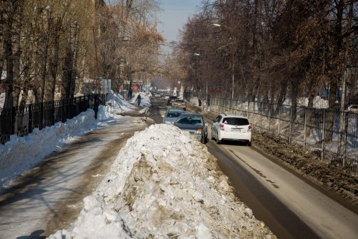 17 марта корреспондент НГС наблюдал, как автомобилисты терпеливо ждут конца встречного потока