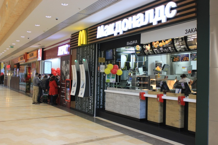 Отсутствие публики у заведений «Макдоналдс»в торговых центрах в компании объясняют внедрением прогрессивных технологий обслуживания. Фото Стаса Соколова