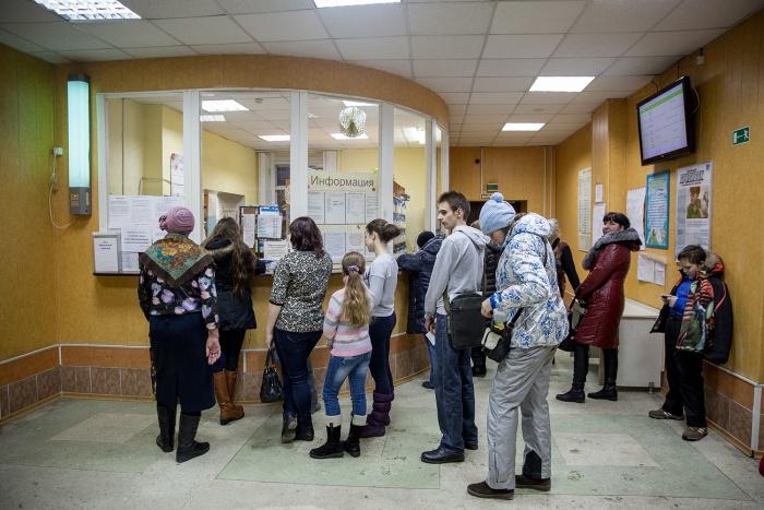 К детскому ортодонту в поликлинике  № 2  люди не могут записаться на прием месяцами. На фото —очередь в другое медучреждение.