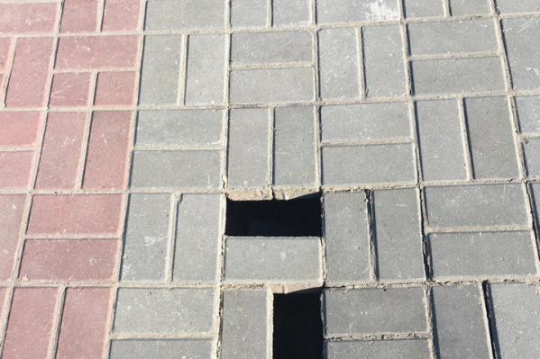 Посередине тротуара в парке «Городское начало» провалились две плитки<br>
