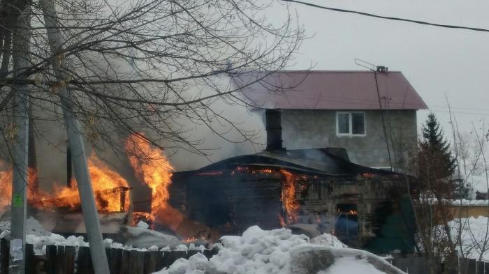 Пожар начался на кровле жилого дома, его закидывали снегом
