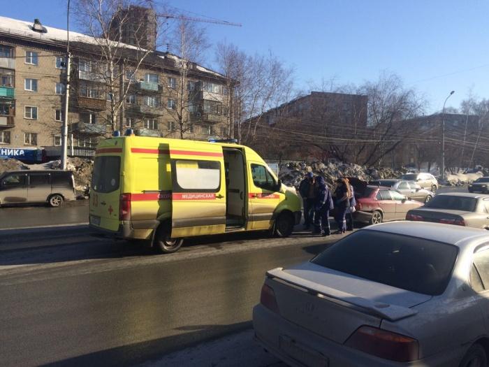 «Скорая» увезла водителя БМВ в больницу