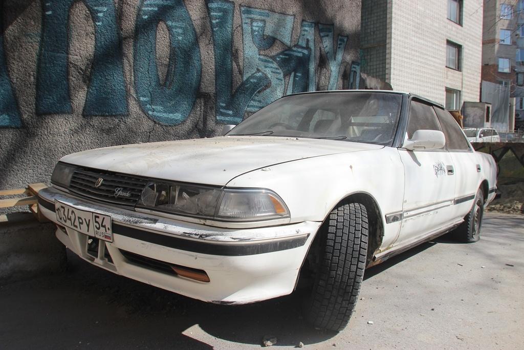 """Toyota Mark II во дворе домов <nobr class=""""_"""">№ 16</nobr> и 18 на Вокзальной магистрали<br>"""