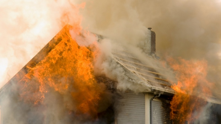 Мать вытащила из пожара четверых маленьких детей