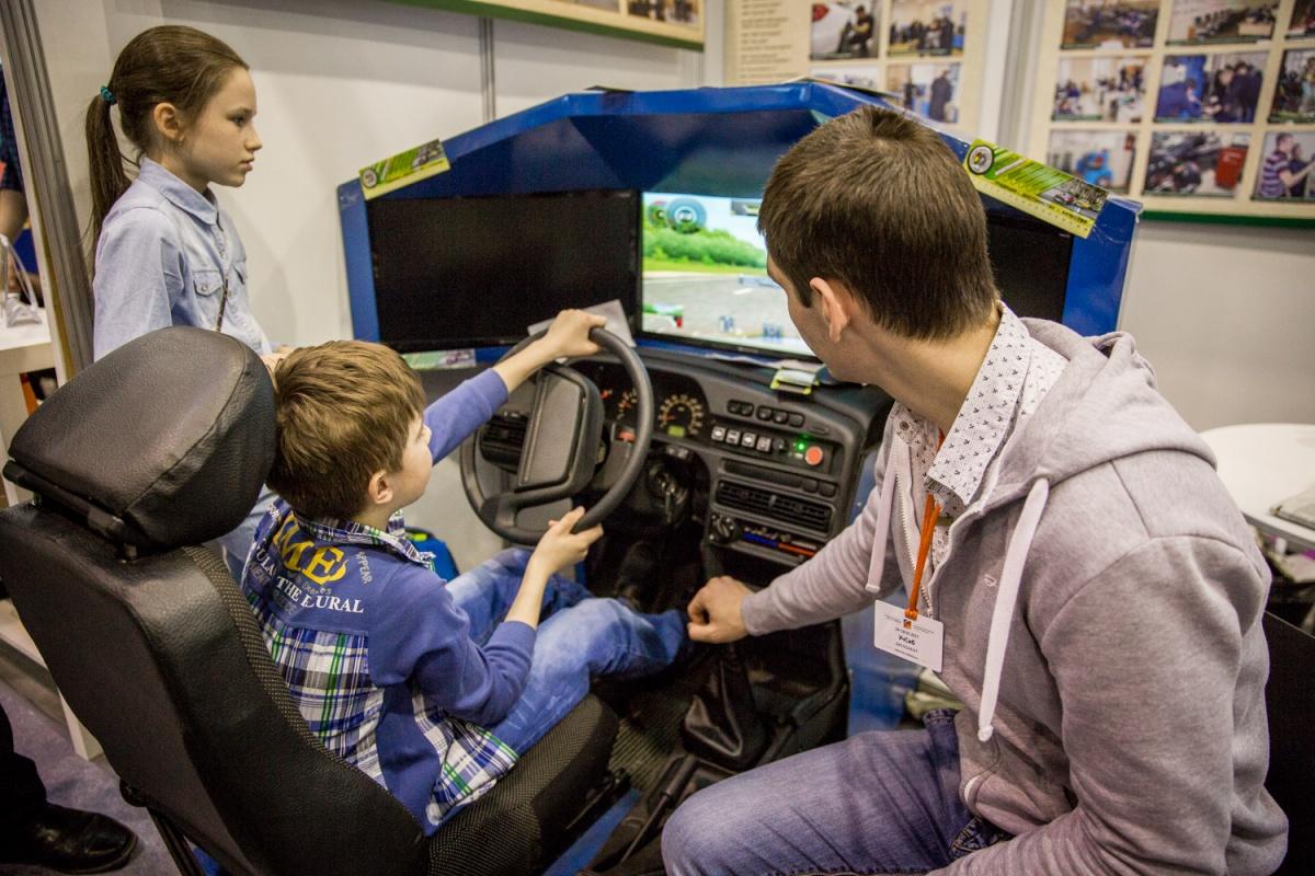 Мальчик учится водить настоящий автомобиль