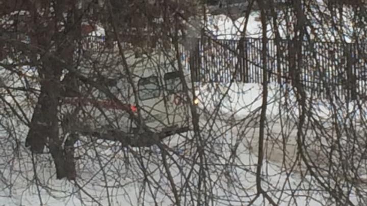 Трое мужчин вытолкали застрявшую на Кропоткина «скорую»