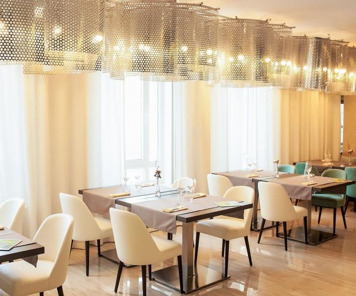 Зал ресторана рассчитан примерно на 30 посетителей
