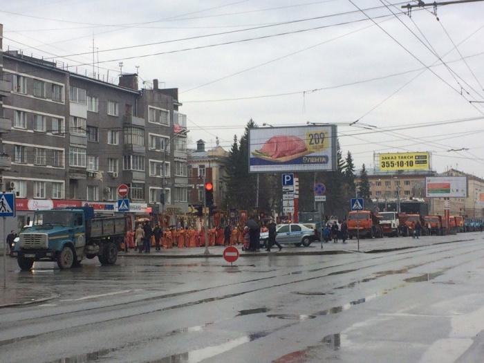 Дороги перекрыли с помощью полиции и техники городских служб