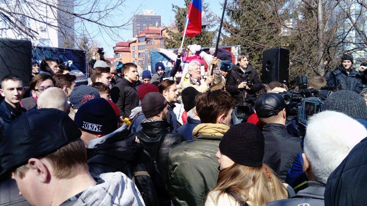 Митингующие плотно толпятся и мешают организаторам
