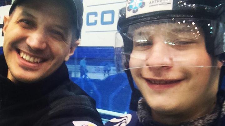 Известный болельщик ХК «Сибирь» на инвалидной коляске научился кататься на роликах