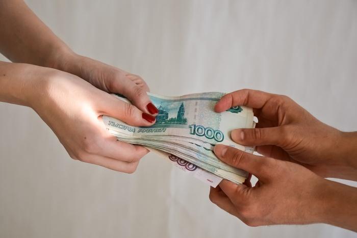 Вместе того чтобы платить зарплату работнику, президент компании рассчитывался с партнерами по бизнесу