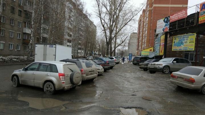 Девяти припаркованным машинам изрезали колеса за одну ночь