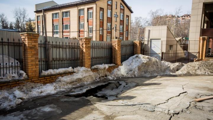 Двор пятиэтажки трескается и сползает в сторону строительного котлована
