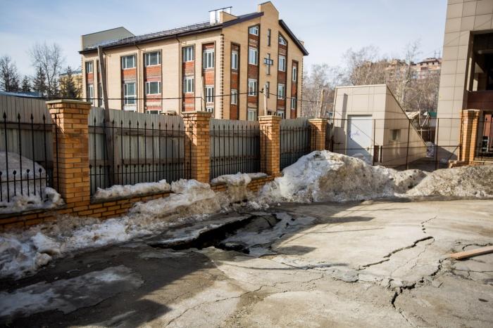 Провал во дворе дома  № 14  по ул. Фрунзе