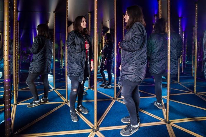 Посетили зеркального лабиринта ищут выход по иллюзорным дорожкам