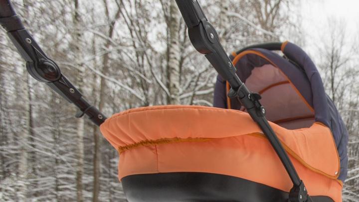 Коляску с четырехмесячным ребенком завалило снегом с крыши