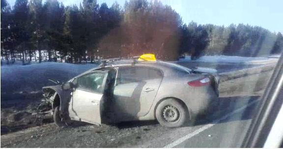 «Тойота» улетела в кювет после смертельного столкновения с такси на трассе
