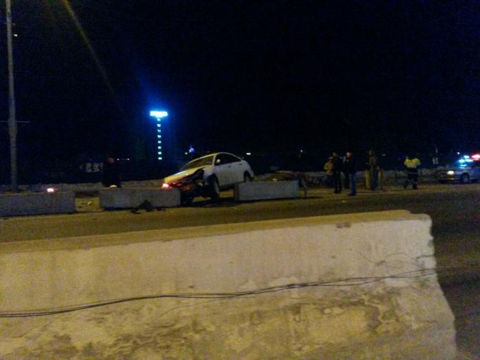 Nissan застрял в бетонных блоках возле провала на Большевистской (фото)