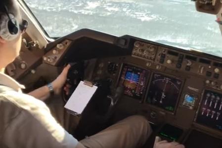 Самолет пришлось сажать в условиях порывистого встречно-бокового ветра<br>