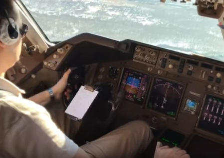 Пилот «Боинга» заснял посадку в «Толмачёво» во время шторма