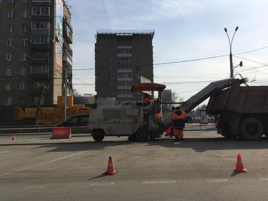 Асфальт закладывали влужи рабочие Новосибирска впроцессе  ремонта дорог