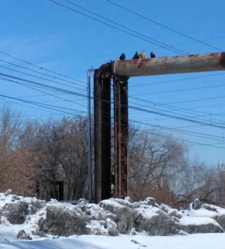 Шестеро молодых людей делали экстремальные селфи на20-метровой трубе вНовосибирске