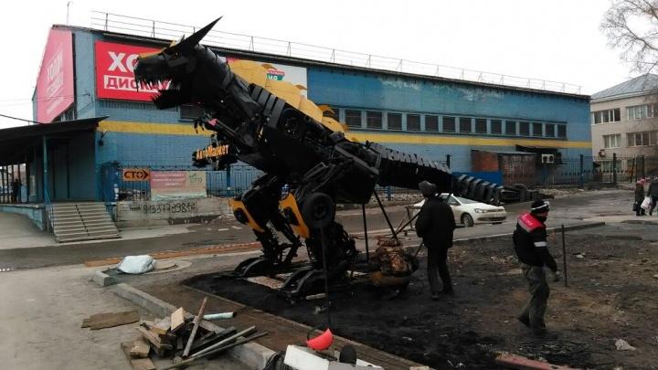 На Станционной поставили огромного металлического динозавра