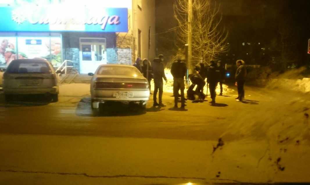 Фото с места происшествия: полиция скручивает дебошира
