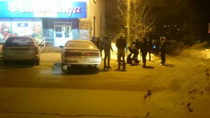 Прохожий на Богдашке бросался с кулаками на едущие и припаркованные авто