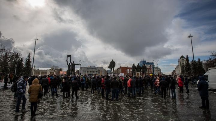 Тысяча новосибирцев провела тихий пикет против коррупции на площади Ленина (обновлено)