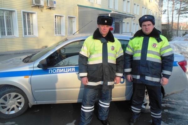 Инспекторы ДПС лейтенанты полиции Евгений Щетинин и Андрей Семенцов пришли на помощь водителю<br>