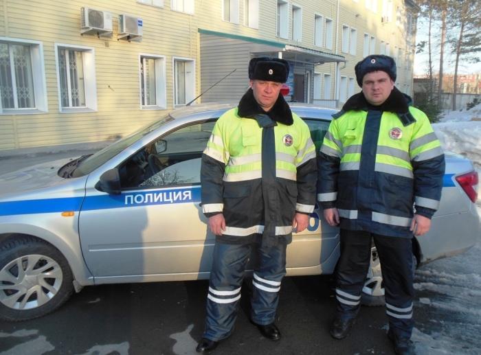 Инспекторы ДПС лейтенанты полиции Евгений Щетинин и Андрей Семенцов пришли на помощь водителю
