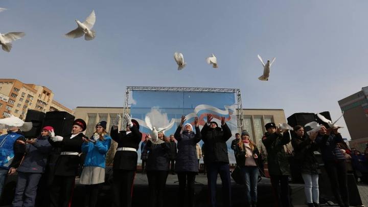 Новосибирцы выпустили белых голубей на многотысячном митинге против террора