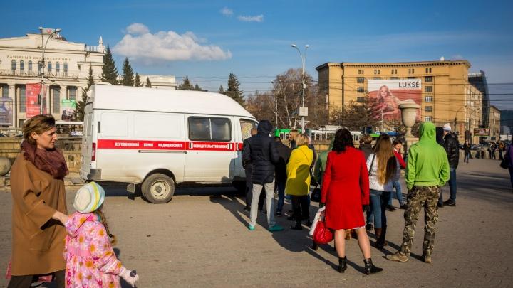 Новосибирцы встали в очередь к пункту медицинского освидетельствования в центре города