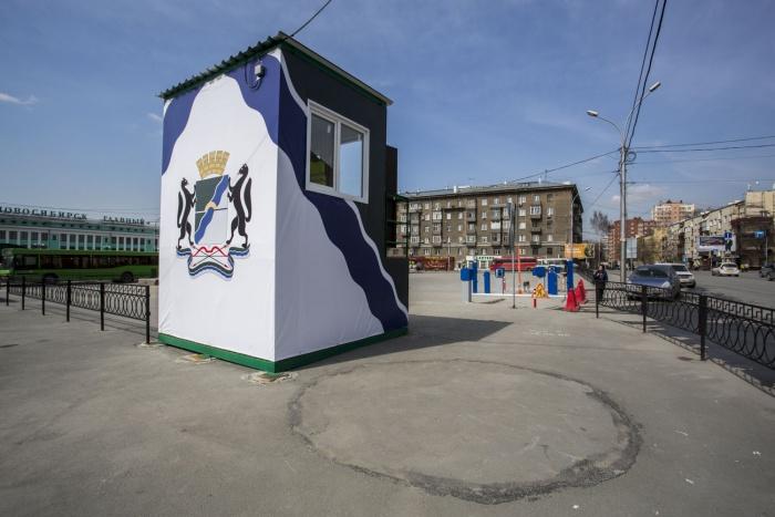 На въезде установили будку с огромным гербом города, в ней будут сидеть контролеры