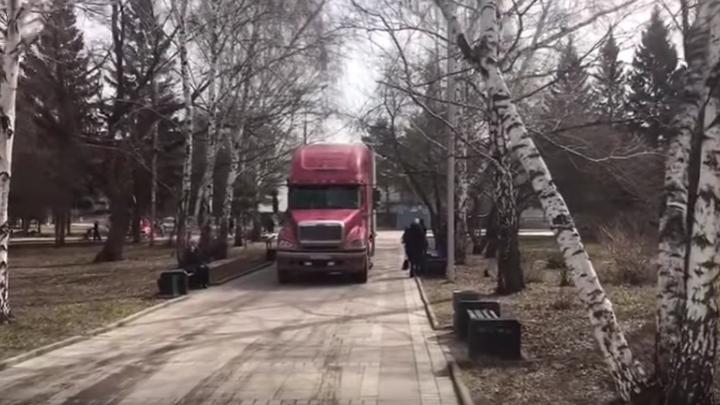 По тротуарам Нарымского сквера проехалась фура со львом и нервным водителем