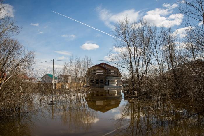У большинства домов участки уже под водой на 20 см, говорят местные жители