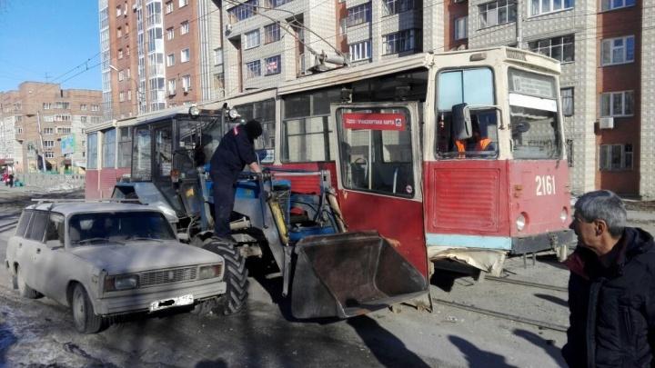 Трактор пошел на обгон и оторвал дверь у трамвая