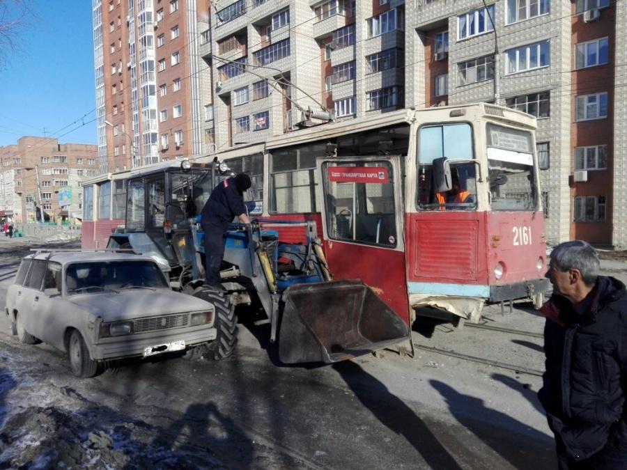 «Тройка» изтрамвая, трактора и«Жигулей проехала полевобережью Новосибирска»