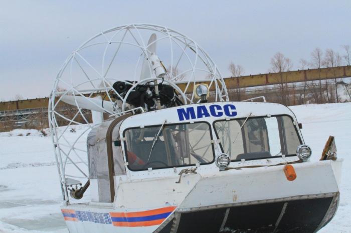 Спасатели отправились на помощь замерзшим рыбакам на аэроботе «Тайфун»