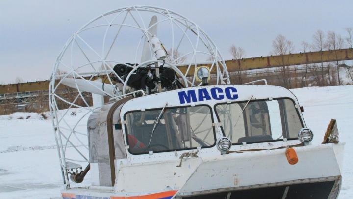 Спасатели отогрели чаем жутко замерзших молодых рыбаков