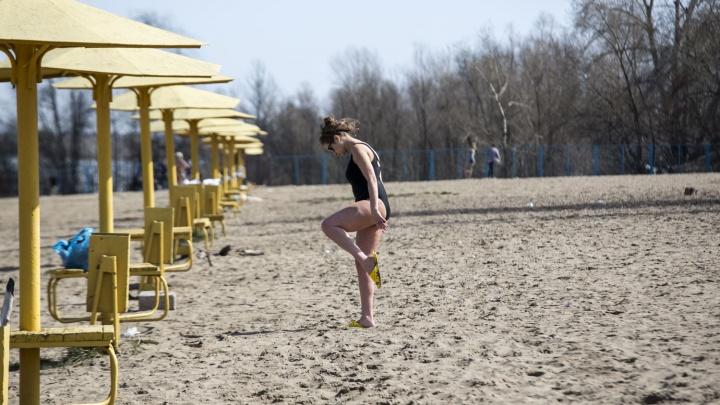 Бледные новосибирцы разлеглись на городском пляже