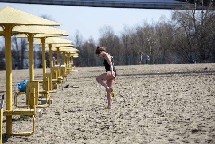 Первые отдыхающие на городском пляже