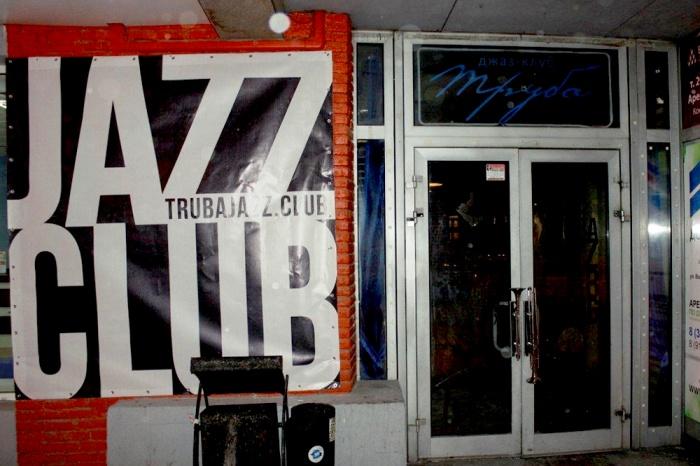 На самом деле дня рождения у «Трубы» два: нелегальное открытие случилось в 2002 году, но в начале 2003-го клуб закрыли с ОМОНом, после чего весной заведение открылось уже официально